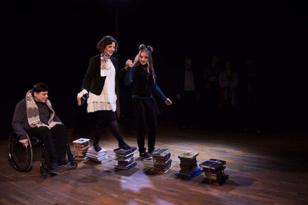 """Spektaklio """"#Vaižgantas"""" akimirka. Scenoje – Andžėjus Matusevič, Svetlana Šulc, Žydrūnė Dragūnaitytė. Tito Kazlauskio nuotr."""