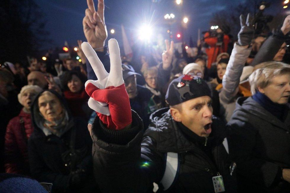 Lenkijoje tūkstančiai žmonių išėjo į gatves palaikyti nušalinto teisėjo (nuotr. SCANPIX)