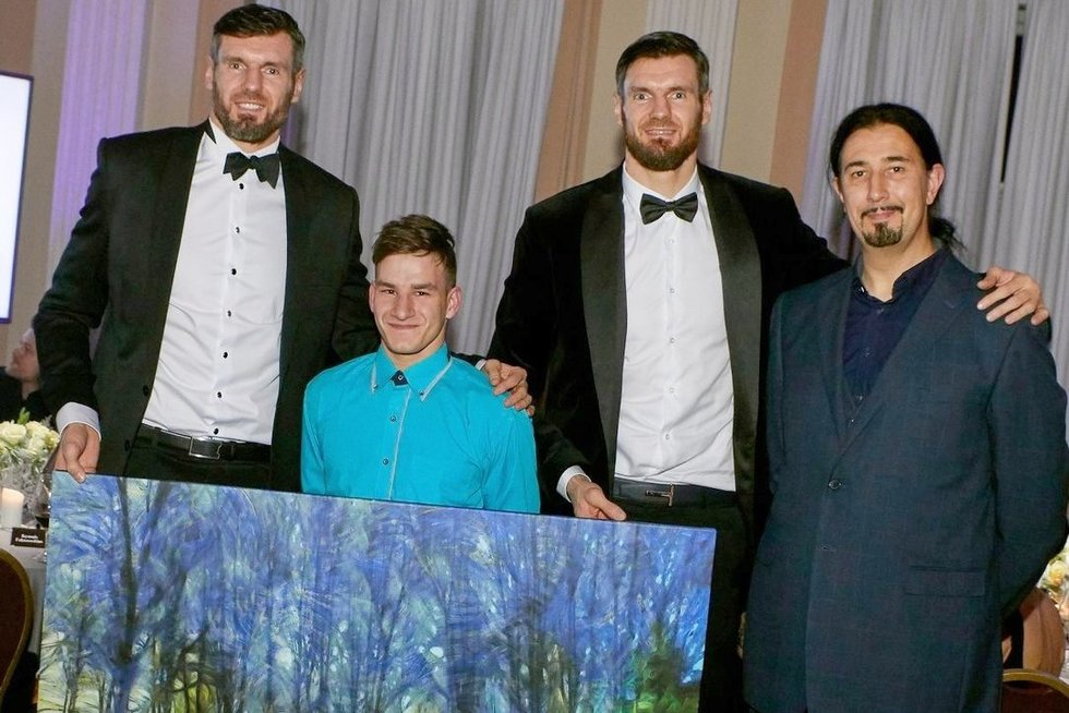 Valdas Kančauskas, paveikslo autorius Paulius ir kūrinį nupirkę krepšininkai broliai Darjušas ir Kšyštofas Lavrinovičiai Gala labdaros vakare. (nuotr. asm. archyvo)