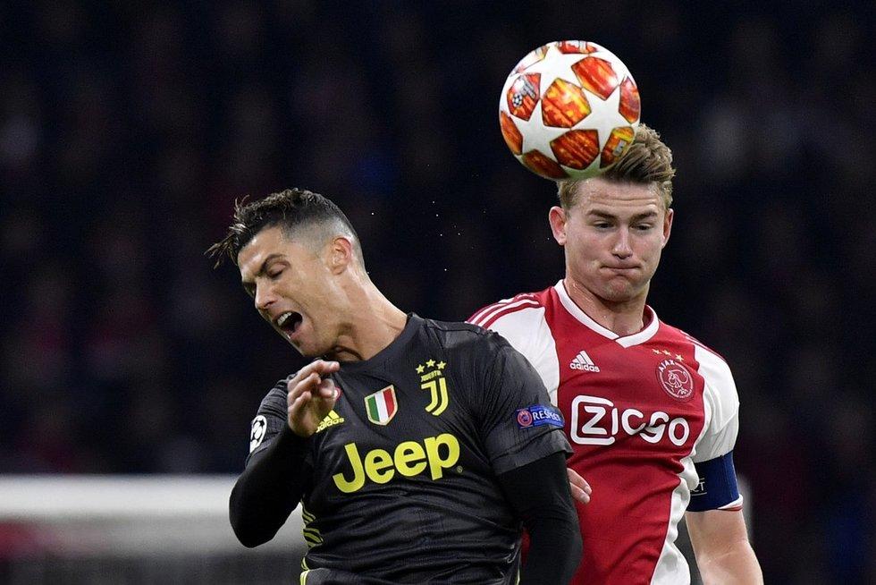 Cristiano Ronaldo ir Matthijsas De Ligtas (nuotr. SCANPIX)