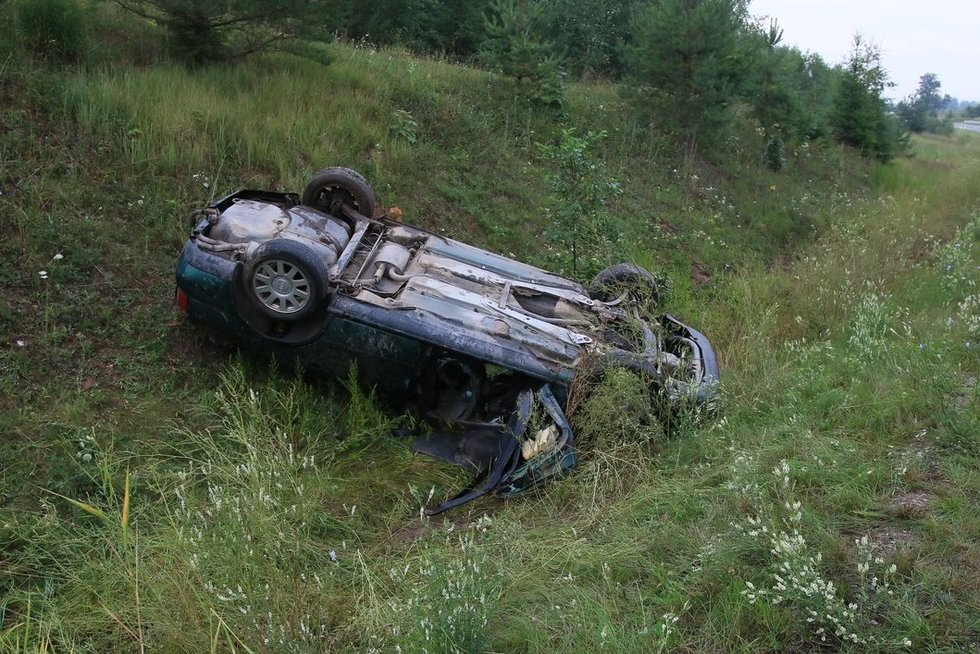"""Pikeliškių miške į griovį įlėkė ir apvirto """"Audi"""" (nuotr. Broniaus Jablonsko)"""