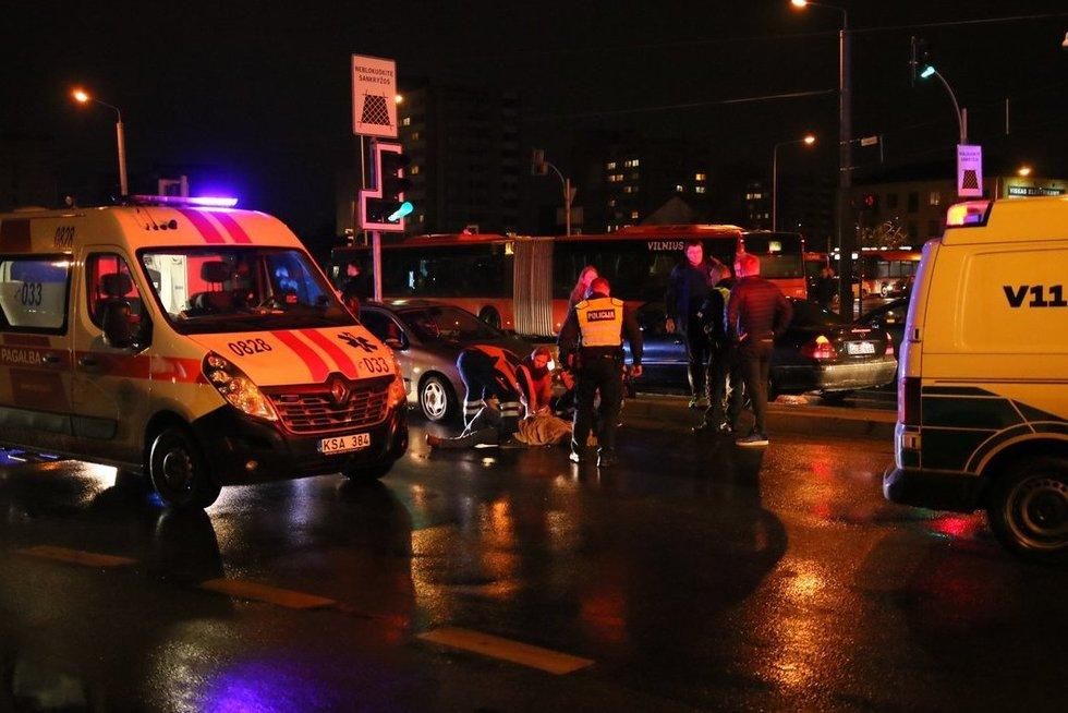 Vilniuje per raudoną bėgančią moterį partrenkė automobilis (nuotr. Broniaus Jablonsko)