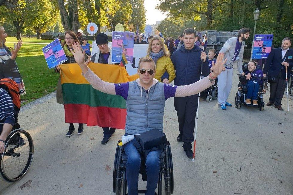 """Mindaugas Kraulaidis (priekyje) dalyvavo Briuselyje 2019 m. spalį vykusiose """"Freedom Drive"""" protesto eitynėse. (nuotr. asm. archyvo)"""