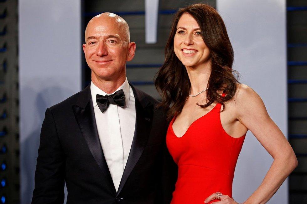 Jeffas Bezosas su žmona MacKenzie Bezos (nuotr. SCANPIX)