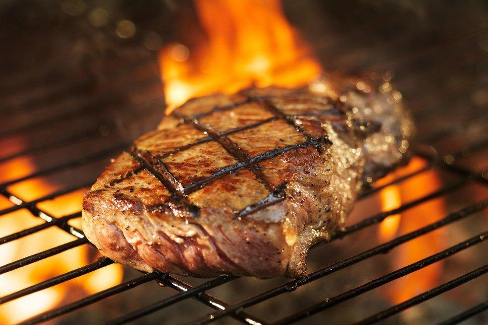 Grilyje kepama mėsa (nuotr. 123rf.com)