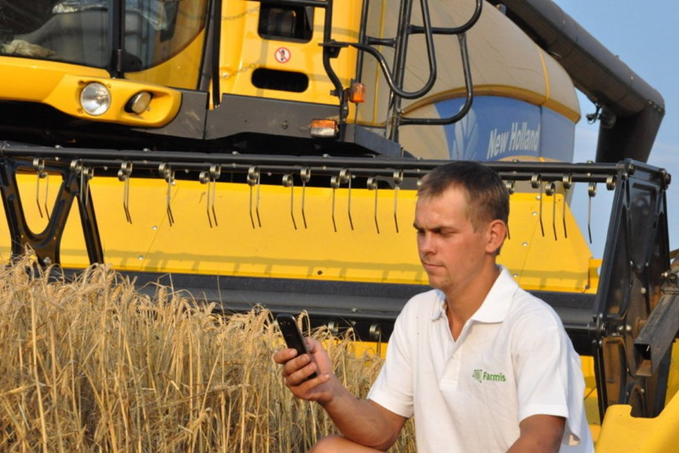 Ūkininkas su telefonu (nuotr. Organizatorių)