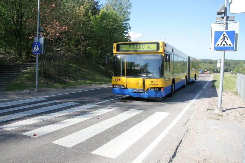 Sostinėje susidūrė autobusas ir lengvasis autobolis: į ligoninę išvežti du asmenys nuotr. Broniaus Jablonsko
