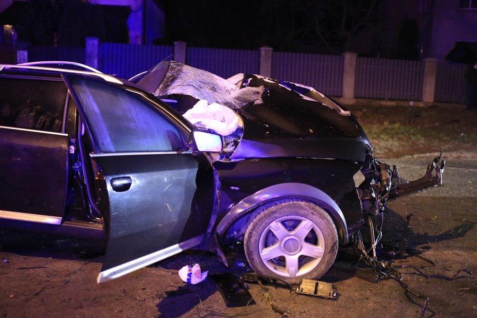 Kraupi avarija Lentvaryje: jauna mergina žuvo, keturis asmenis gelbėja tarnybos nuotr. Broniaus Jablonsko