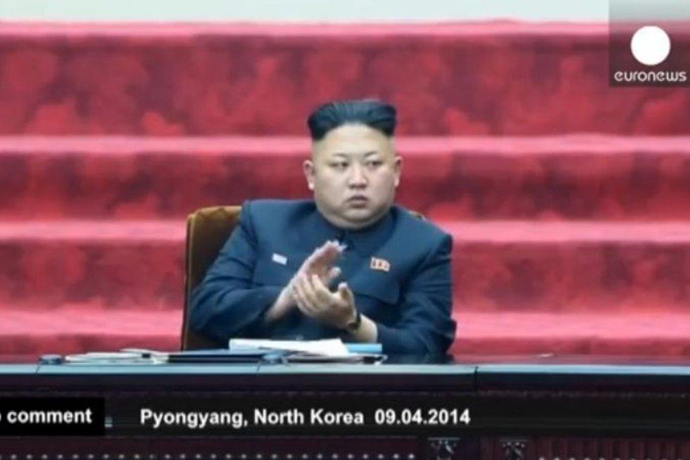 """Šiaurės Korėjos parlamentas: """"didžiojo vado"""" nuobodulys ir tragikomiškas garbinimas (nuotr. YouTube)"""