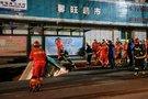 Kinijoje į atsivėrusią didžiulę duobę nugarmėjo autobusas (nuotr. SCANPIX)