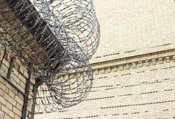 Šiauliuose bandyta pabėgti iš tardymo izoliatoriaus: kalinys įkaite paėmė pareigūnę
