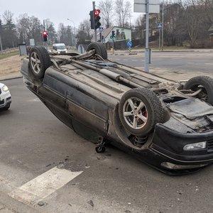 """""""Peugeot"""" salto sostinėje: atsitrenkęs į stulpą vertėsi aukštielninkas"""