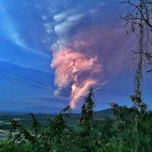 Pamatykite: Filipinuose išsiveržęs ugnikalnis lieja lavą ir spjaudo pelenus
