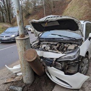 Avarija Vilniuje – automobilis rėžėsi į stulpą