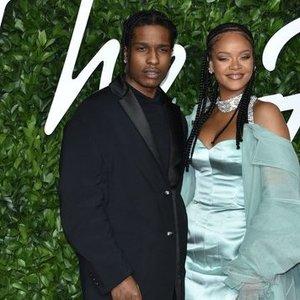 Su milijardieriumi išsiskyrusi Rihanna nesnaudžia: pastebėta kito žavaus vyro pašonėje