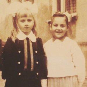 Praeities kadre – garsi Lietuvos moteris su seserimi: ar atpažįstate?