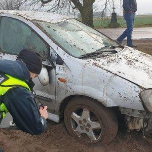 Dvi avarijos Vilkaviškio rajone: moterų vairuojami automobiliai skriejo nuo kelio