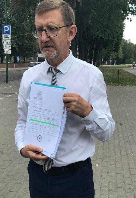 Apkaltos komisijos pirmininkas Artūras Šulcas žurnalistams parodė 1991 m. Lietuvos Aukščiausiojo Teismo sprendimo kopiją, kurios Viačeslavas Titovas sakė niekur neradęs. (nuotr. tv3.lt)