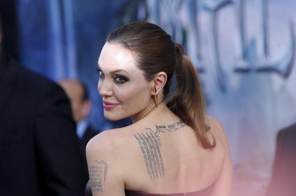 Angelina Jolie ir jos tatuiruotės (nuotr. Vida Press)