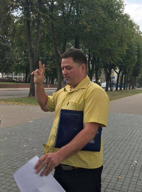 Viačeslavas Titovas teigia, tikintis 1957 metų LTSR Aukščiausiojo Teismo sprendimu. Reabilitacinio, 1991 m. sprendimo jis neva neranda ir nėra matęs. (nuotr. tv3.lt)