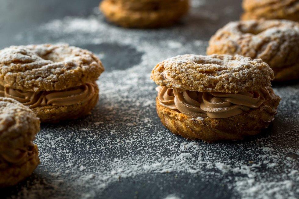 Plikytos tešlos pyragėliai Paris Brest su šokoladiniu kremu
