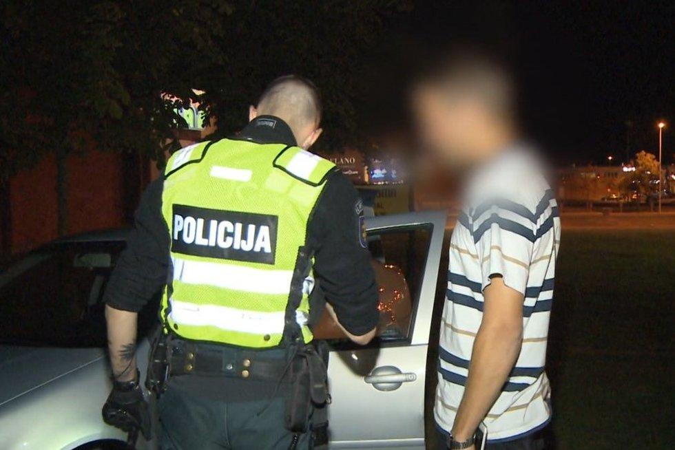 Vaikinas kvietė policiją vandalui, bet įkliuvo pats: pareigūnai to nesitikėjo (nuotr. stop kadras)