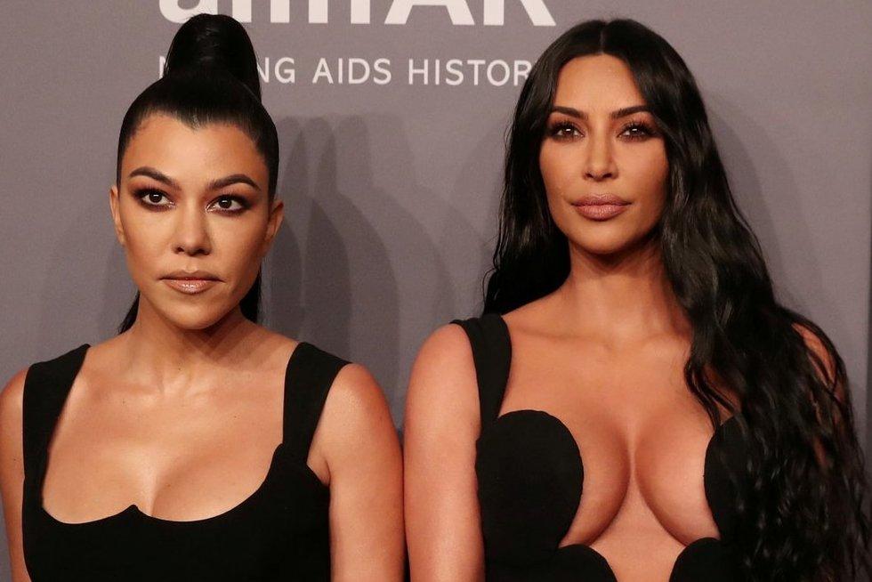 Kourtney ir Kim Kardashian (nuotr. SCANPIX)