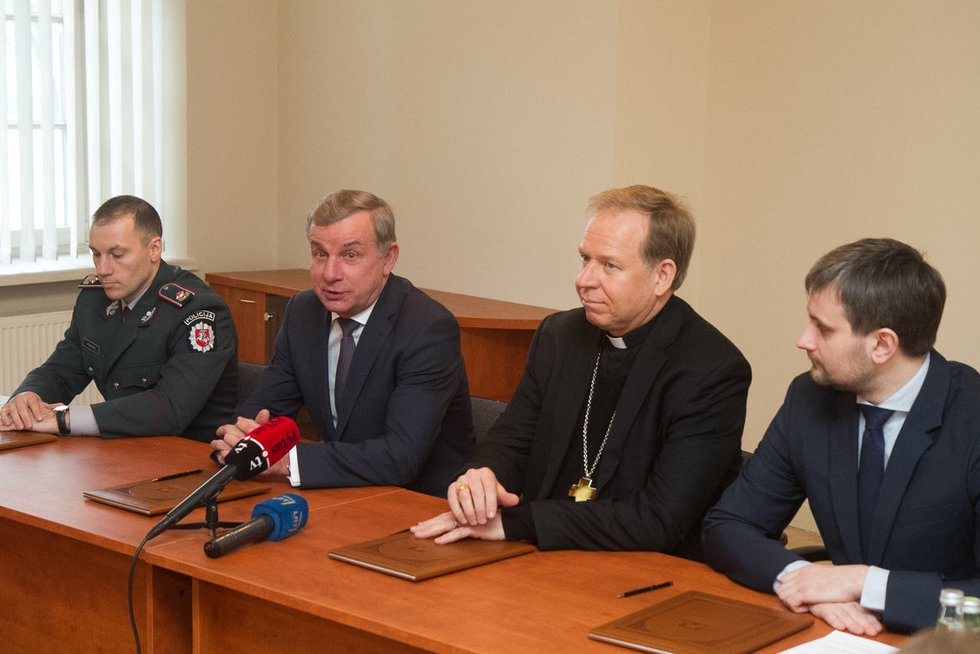 """Susitarimo dėl projekto """"Saugokime vieni kitus kelyje"""" pasirašymas  (nuotr. Tv3.lt/Ruslano Kondratjevo)"""