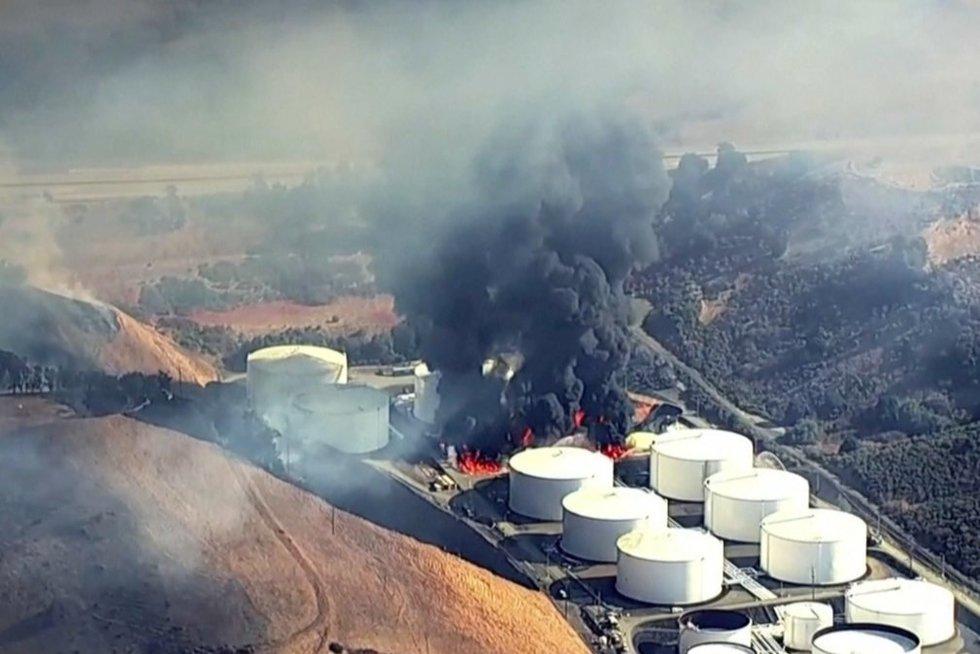 Gaisras Kalifornijos naftos gamykloje (nuotr. stop kadras)