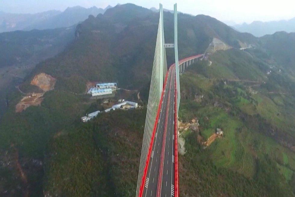 Aukščiausias tiltas pasaulyje (nuotr. stop kadras)