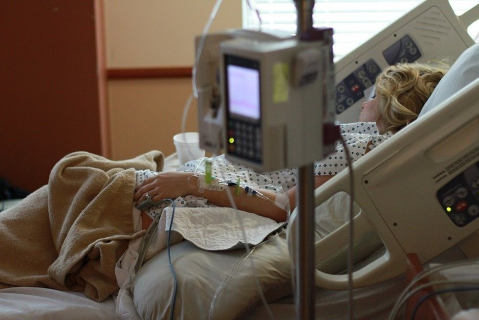 Moteris ligoninėje (Nuotr. pixabay)