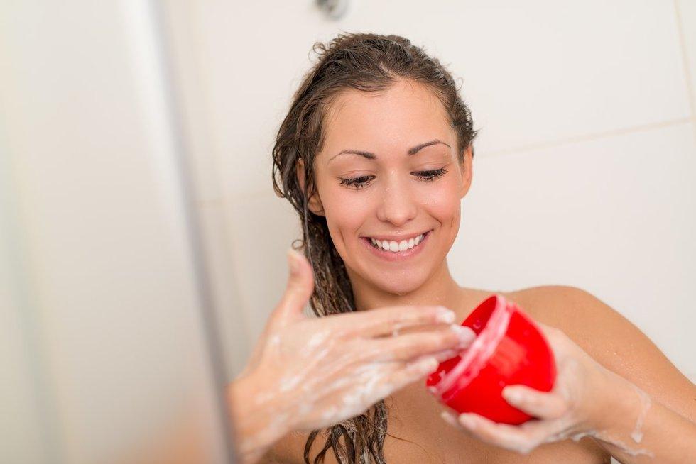 Plaukų plovimas (nuotr. 123rf.com)
