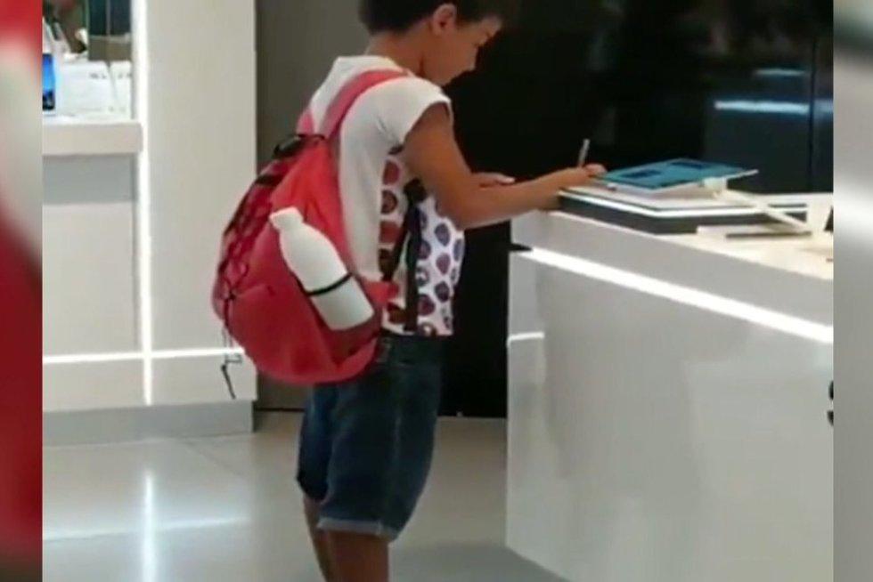 Berniukas mokosi (nuotr. stop kadras)