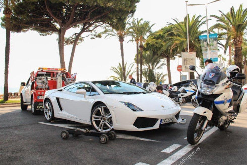 """Išbandymas evakuatoriui: kai reikia nutempti """"Lamborghini"""". (nuotr. iš vaizdo įrašo)"""