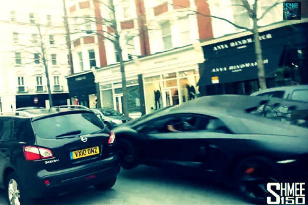 """išvažiavusio """"Mazda"""" automobilio vairuotojas """"Lamborghini"""" net nepastebėjo.  (nuotr. iš vaizdo įrašo)"""