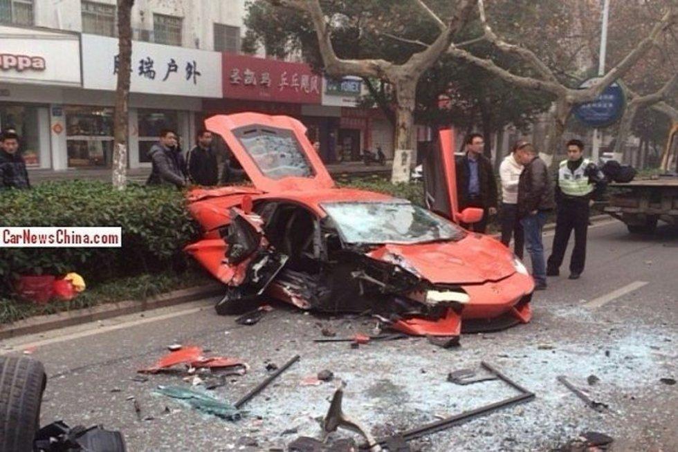 """Kinijoje sudaužytas dar vienas """"Lamborghini Aventador LP700-4"""".  autoblog.com nuotr."""