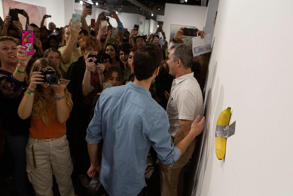 Vyras suvalgė 120 tūkst. JAV dolerių vertės meno kūrinį – prie sienos priklijuotą bananą (nuotr. SCANPIX)