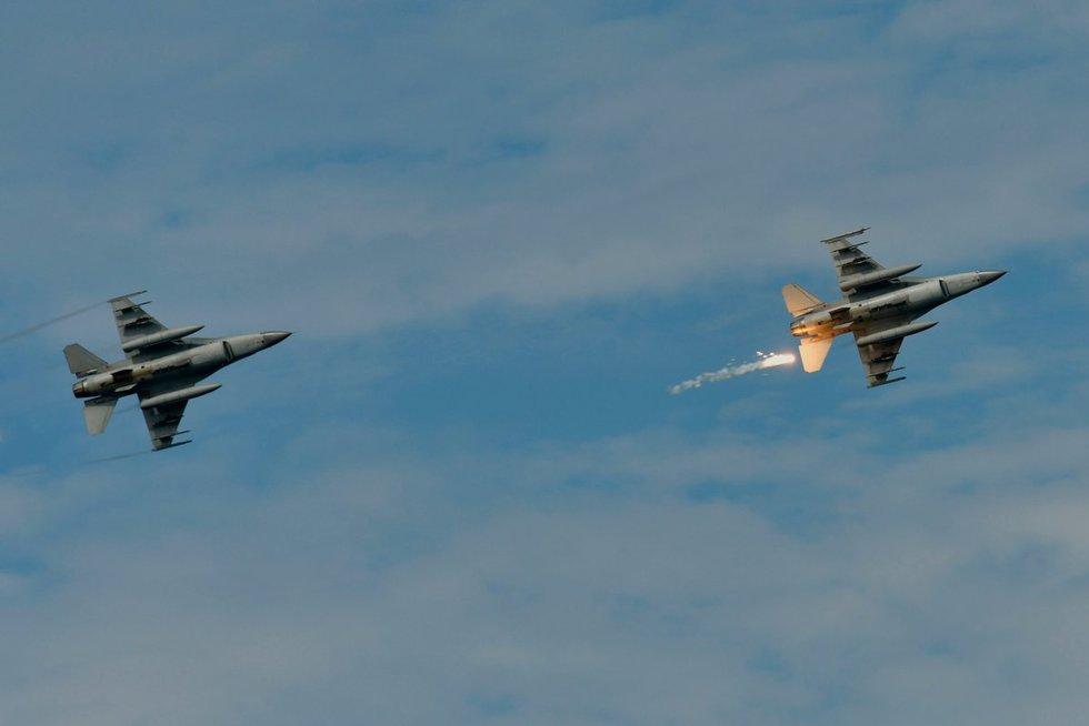 Pietų Korėja paleido šūvius į oro erdvę pažeidusius bombonešius (nuotr. SCANPIX)