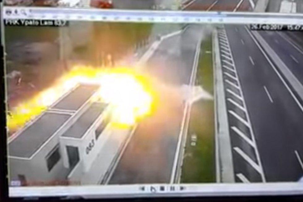 Milžinišku greičiu lėkusio milijardieriaus sūnaus sukelta avarija pateko į vaizdo kameras (nuotr. YouTube)