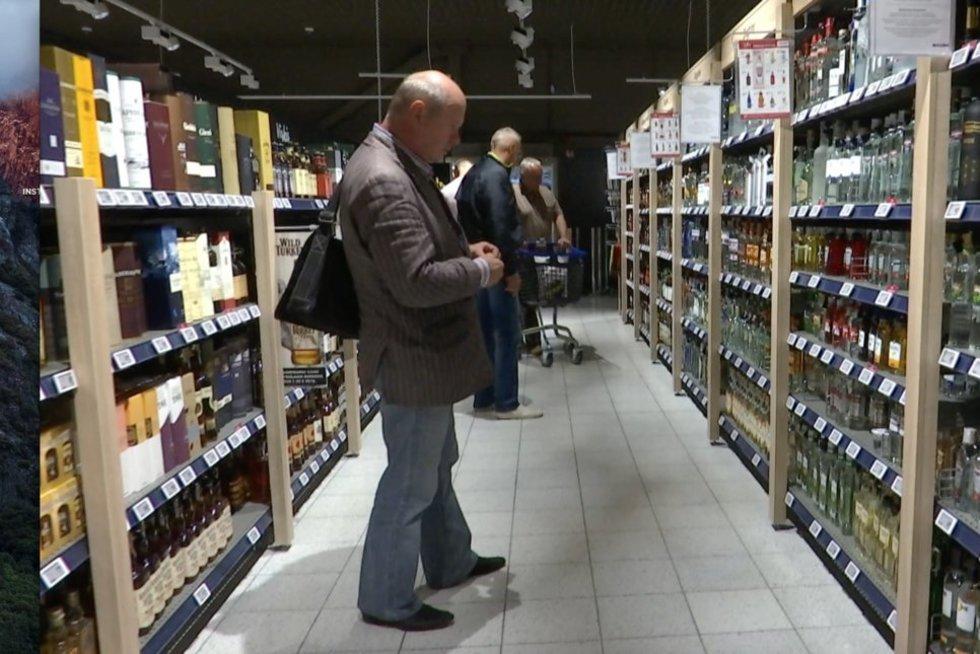 Alkoholio vartojimas (nuotr. stop kadras)