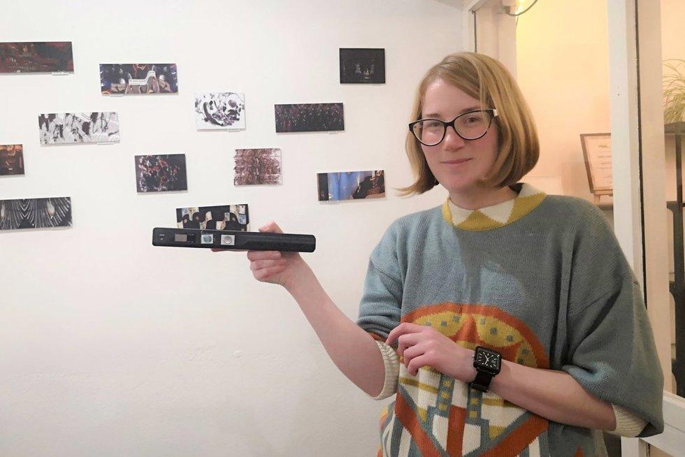 Fotomenininkė Dalia Mikonytė parodos atidaryme papasakojo, kaip kuriama alternatyvi fotografija. Aurelijos Babinskienės nuotr.