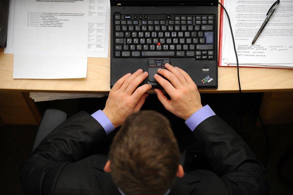 Dirba su dokumentais (nuotr. Fotodiena.lt)
