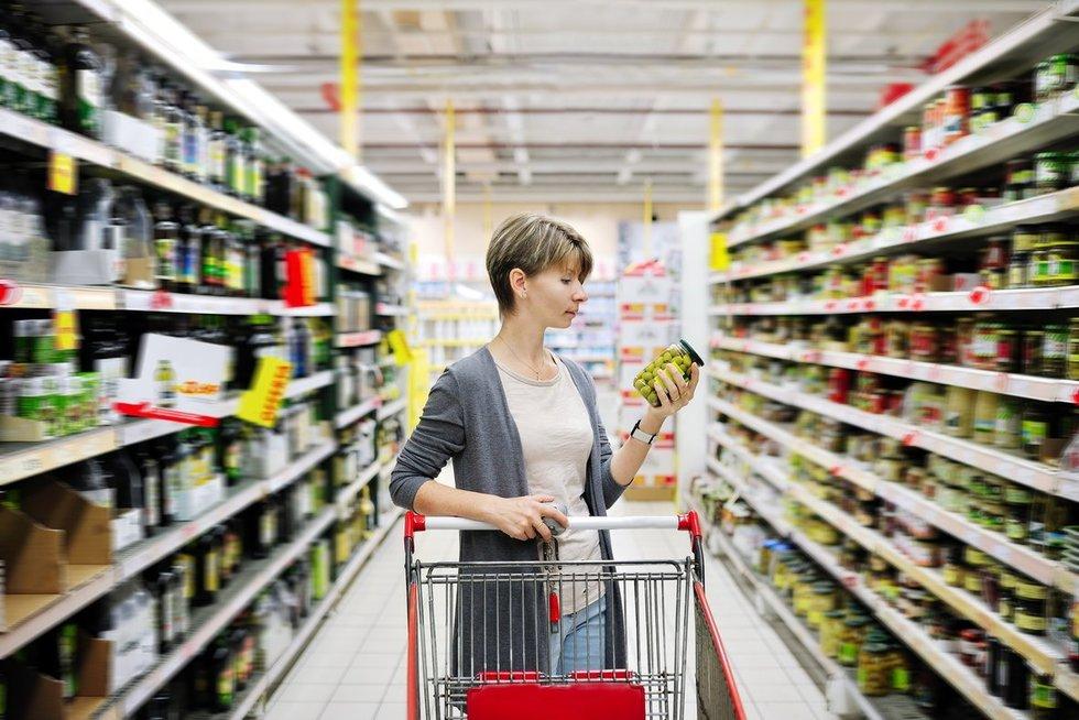 Moteris prekybos centre (nuotr. Fotolia.com)