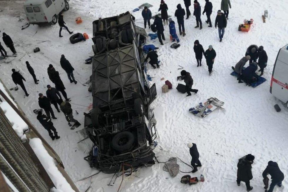 Rusiją sukrėtė baisi nelaimė: nuvirtus autobusui žuvo mažiausiai 20 žmonių (nuotr. VK.com)