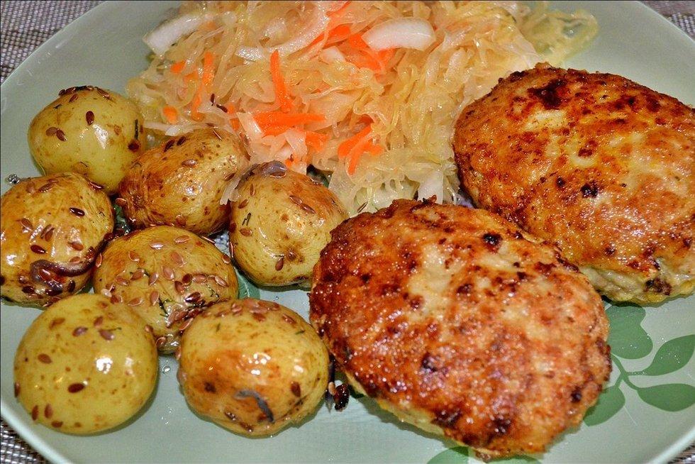 Įdaryti kotletai su raugintais kopūstais ir bulvėmis