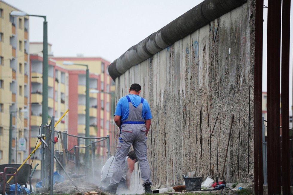 Darbininkai atstato Berlyno sienos fragmentus (nuotr. SCANPIX)