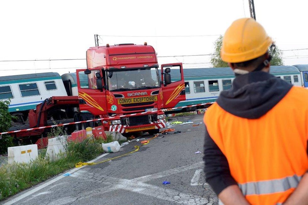 Italijoje - traukinio avarija: susidūrė su vilkiku iš Lietuvos (nuotr. SCANPIX)