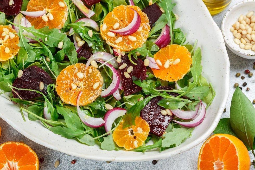 Salotos su burokėliais ir mandarinais. Shutterstock nuotr.