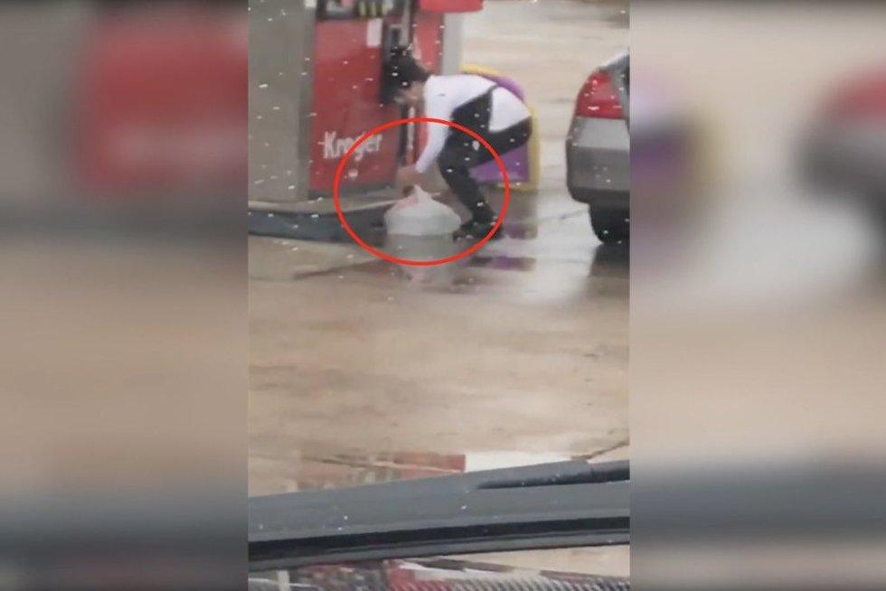 Moteris kurą pylėsi į plastikinį maišą (nuotr. stop kadras)