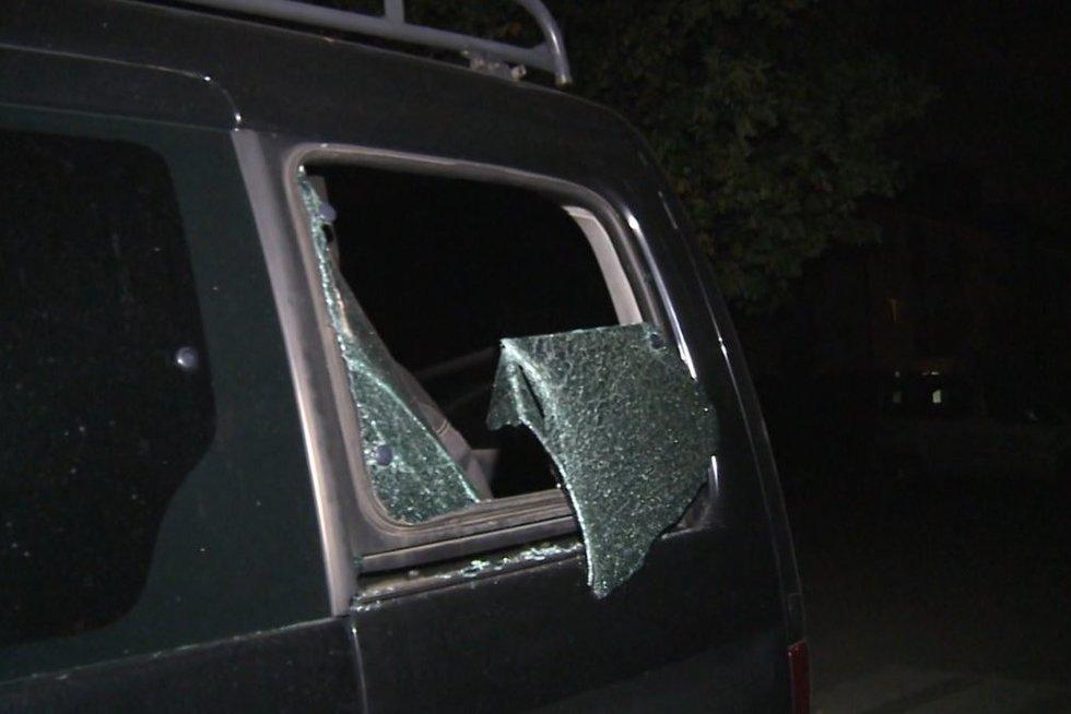 Automobilio stiklą išdaužęs pilietis pareigūnams pateikė netikėtą įvykio versiją (nuotr. stop kadras)